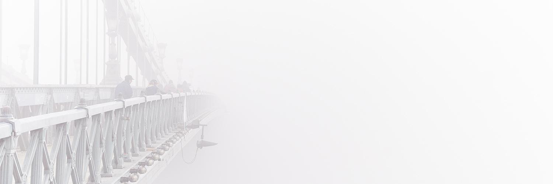 BUDAPEST NIEBLA PUENTE CONSTRUCCION
